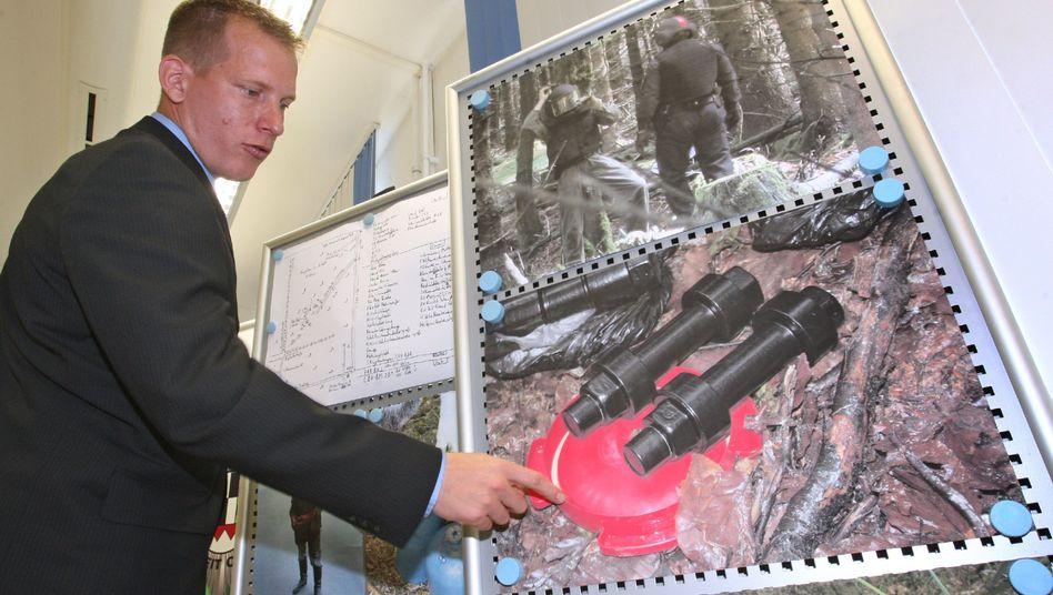 Präsentation des Waffenfundes in Bayreuth: Die beiden selbstgebastelten Handgranaten waren nur ein kleiner Teil des Arsenals