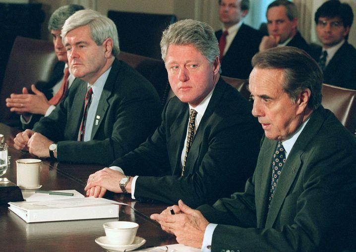Bill Clinton (2.v.r.), Newt Gingrich (3.v.r.), am 29. Dezember 1995