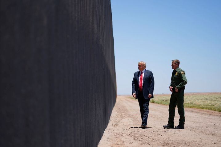 Trump beim Besuch der Grenze zwischen Mexiko und den USA (Juni 2020)