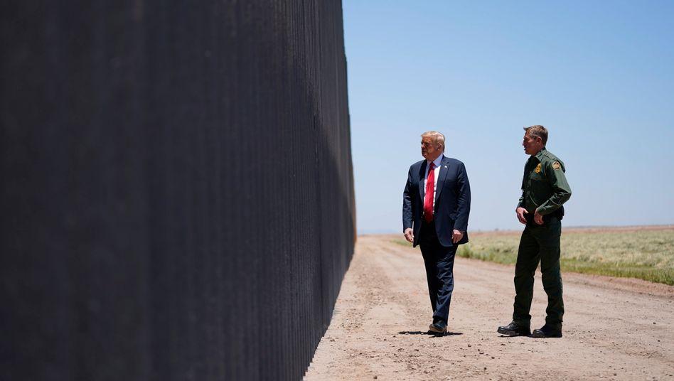Donald Trump besichtigt die Mauer an der US-Grenze zu Mexiko: Auch die behördlichen Hürden werden höher