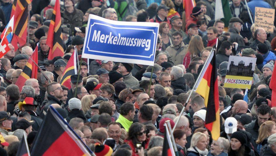 Pegida-Demo (Archivbild): Demokratieverachtung wächst, die Sitten verrohen