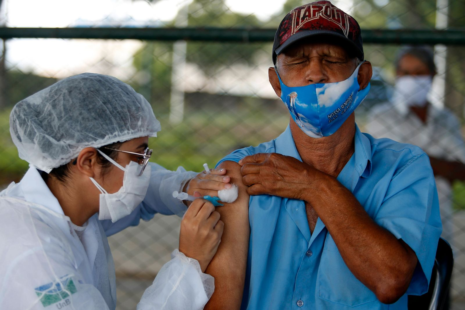 (210323) -- BRASILIA, March 23, 2021 -- A senior citizen receives a dose of Chinese-developed COVID-19 vaccine in Brasil