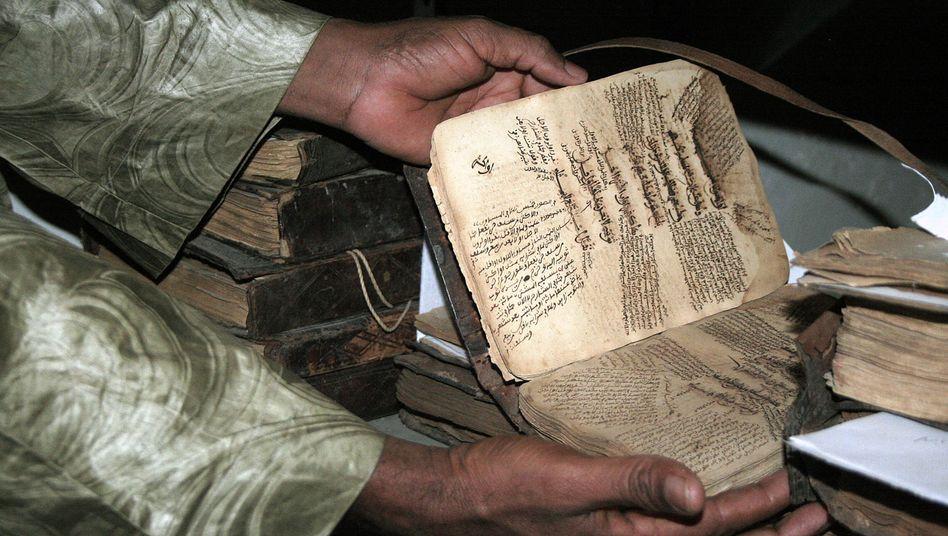 Bedrohte Schätze: Im Ahmed-Baba-Institut lagerten 40.000 wertvolle Schriften, bis es von Islamisten in Brand gesetzt wurde