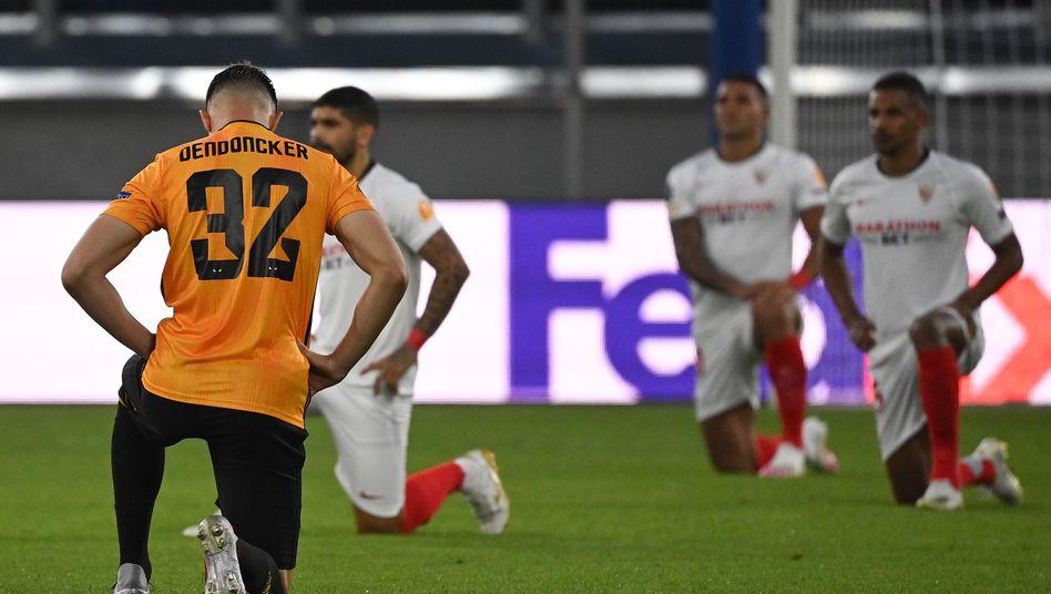 Kniefall vor Spielbeginn: Die Geste ist in der Europa League angekommen