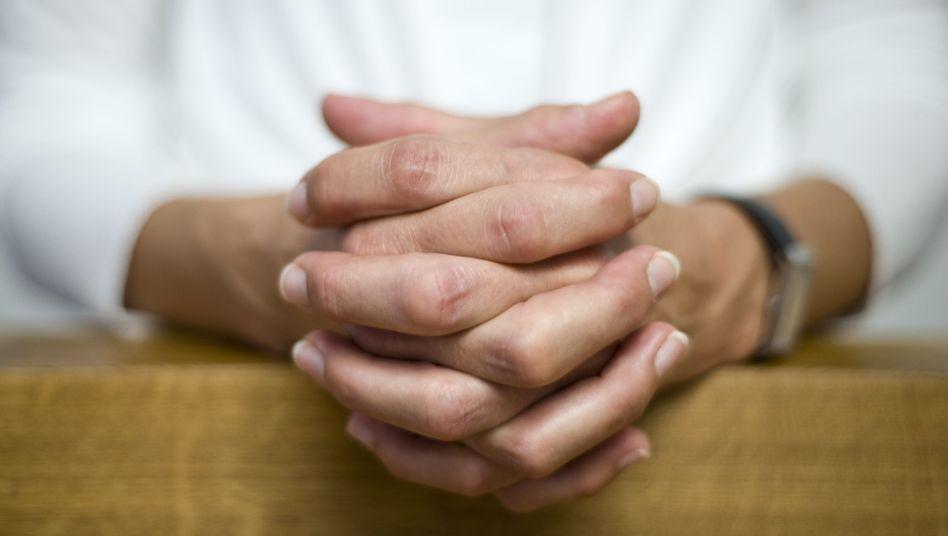 Betende Hände: Darf ein Wissenschaftler Gott danken?
