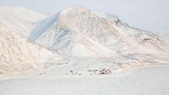 Nördlichstes Dorf Grönlands: Zwischen einem Berg und Packeis