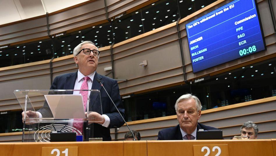 Eu-Kommissionspräsident Juncker (l.) und Brexit-Chefunterhändler Barnier: Letzte Frist für Großbritannien