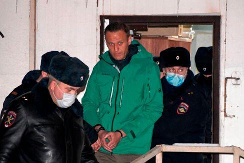 Nawalny wird nach dem Urteil aus der Polizeistation geführt