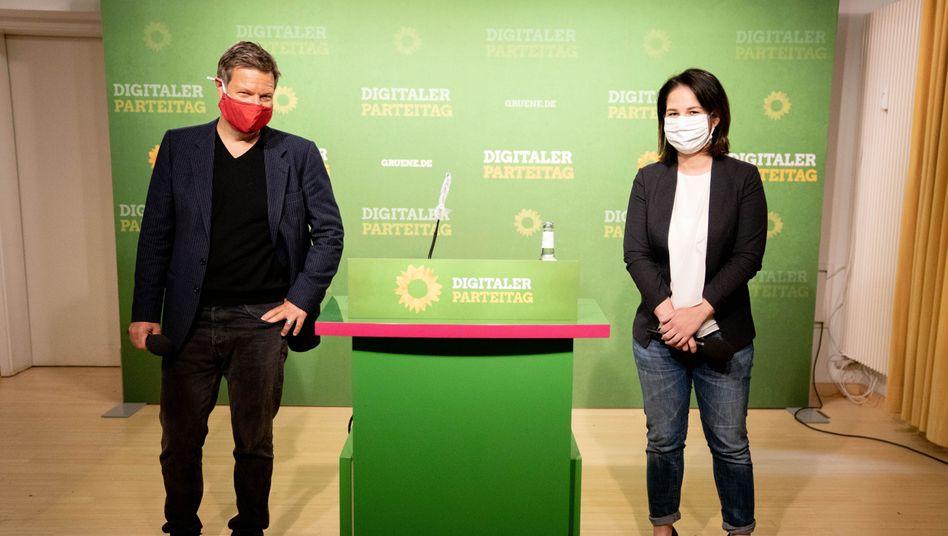 Robert Habeck und Annalena Baerbock mit Sicherheitsabstand und Gesichtsmasken auf dem ersten virtuellen Parteitag in Zeiten der Krise