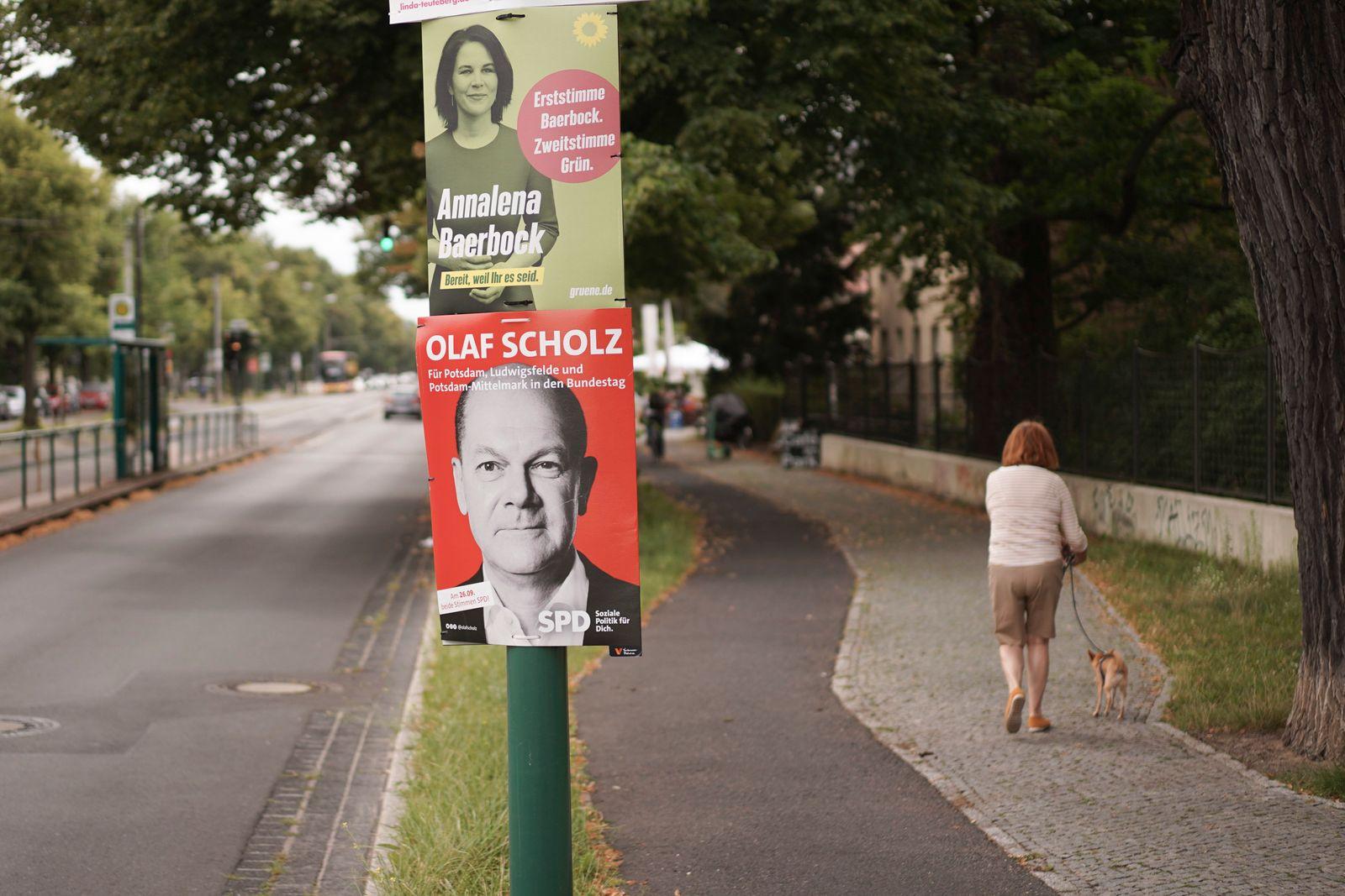 Wahlplakate von Baerbock und Scholz in Potsdam