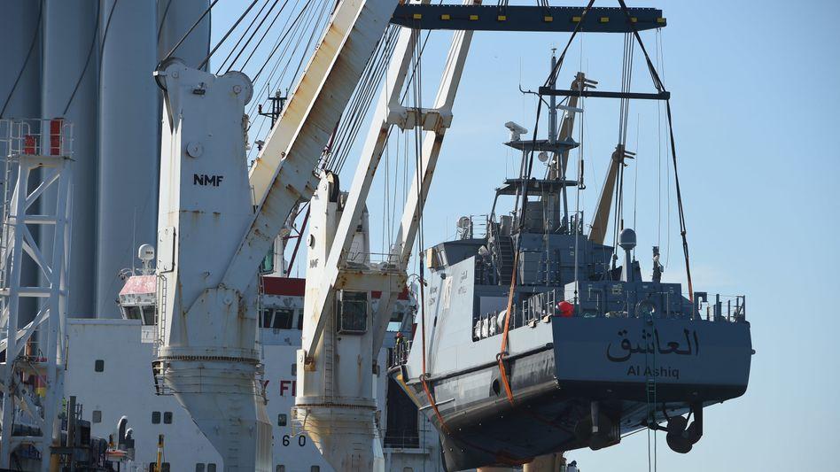 Ein Küstenschutzboot für Saudi-Arabien wird auf ein Transportschiff verladen (Archivbild)