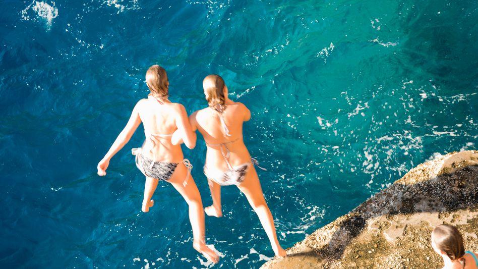 Jugendliche beim Sprung ins Meer: Der Kick während der Pubertät muss größer sein