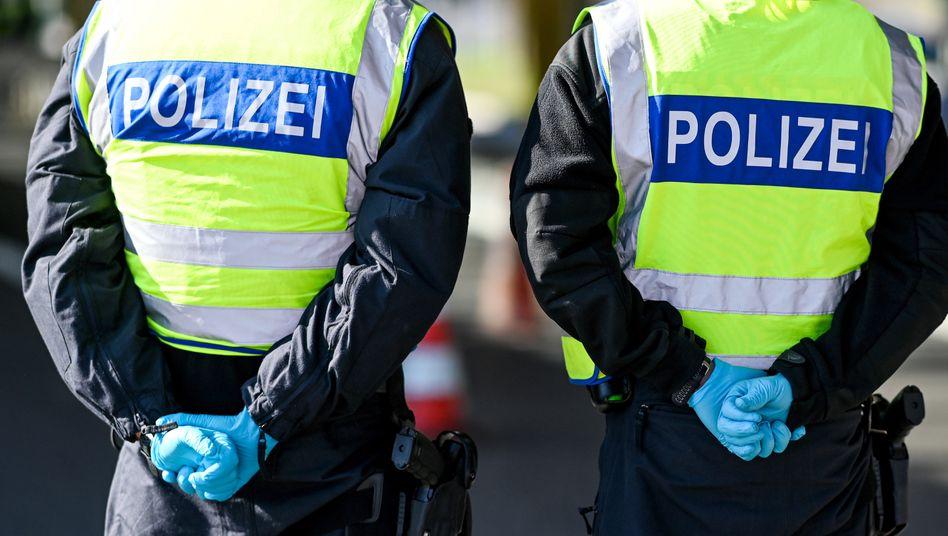Kreuzlingen: Deutsche Polizisten kontrollieren Einreisende an der Grenze zur Schweiz.