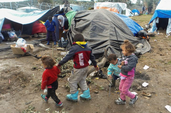 Kinder spielen vor Sommerzelten Anfang Dezember in Moria