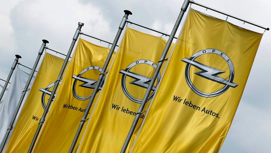 Opel-Flaggen vor der Zentrale in Rüsselsheim