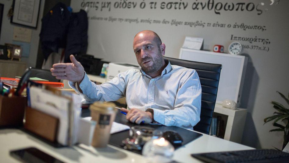 """Manos Logothetis in seinem Büro: """"Samos ist eine Gefängnisinsel"""""""