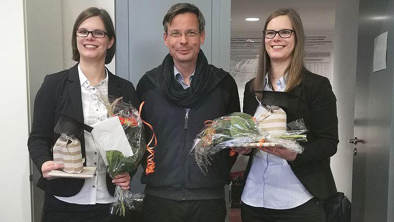 Endlich Doktorinnen: Julia Janke, Doktorvater Peter Langer, Sophie Janke (von links)