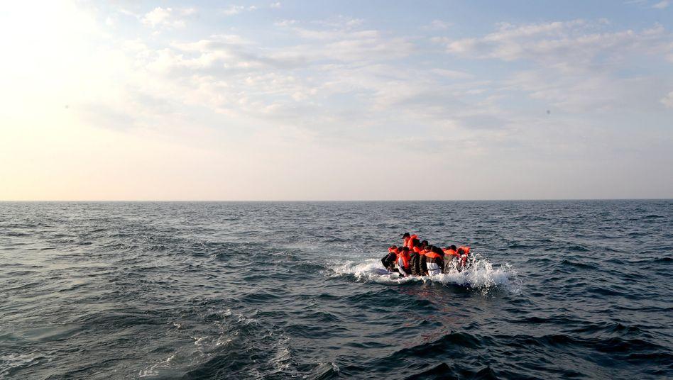 Eine Gruppe von Migranten überquert den Ärmelkanal in einem kleinen Boot in Richtung Dover