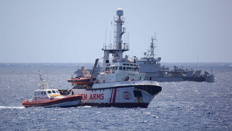 """Tagelang harrte die """"Open Arms"""" im Mittelmeer aus, nun hat das Rettungsschiff die Küste von Lampedusa erreicht"""
