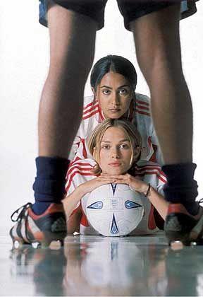 """""""Kick It Like Beckham!"""", Darstellerinnen Nagra (oben) und Knightley: Mit Elan und Ausdauer nach vorne gespielt"""