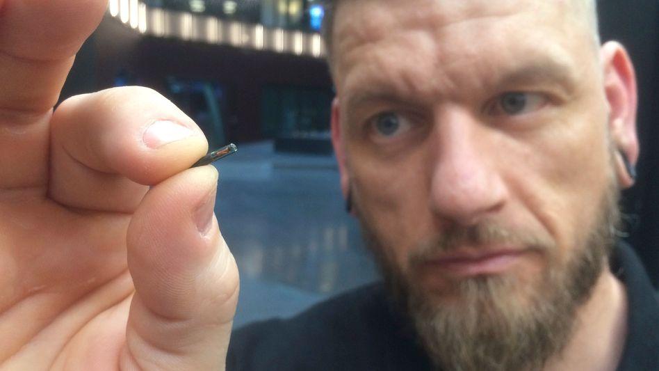 Jowan Osterlund mit einem Chip, den er gleich einem Epicenter-Mitarbeiter einpflanzen wird