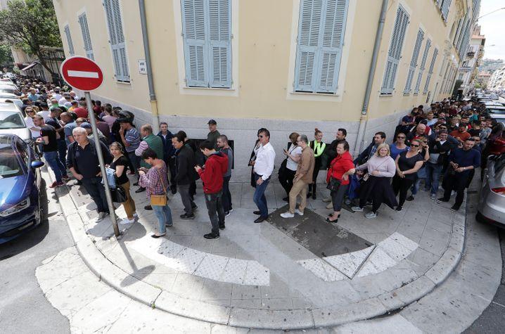 Auslandrumänen stehen an in Nizza, Frankreich