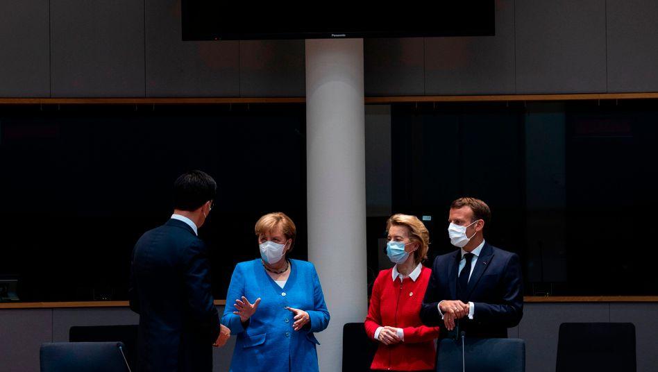 Niederländischer Premier Rutte, Kanzlerin Merkel, Kommissionschefin von der Leyen, Präsident Macron (im Juli 2020)