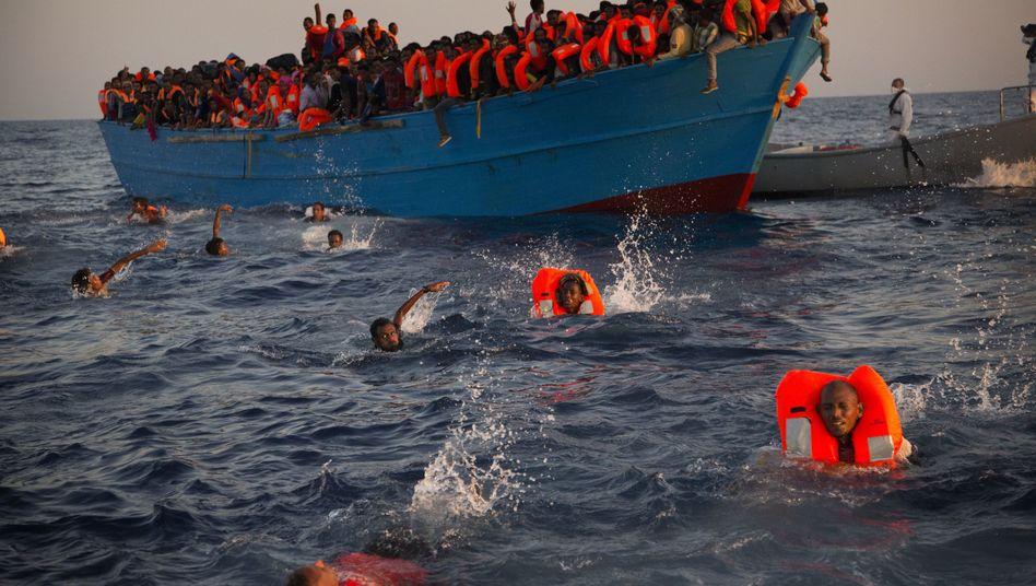 Flüchtlinge vor der libyschen Küste (Archivbild)