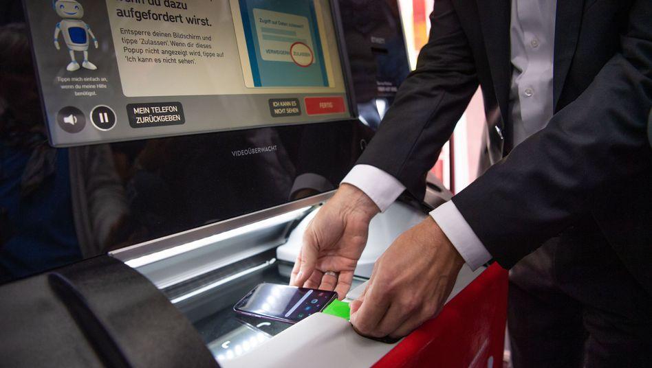 Vorführung des Systems in München: Ab mit dem Handy in den Automaten