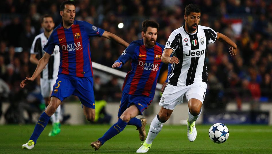Sami Khedira (r.) vor Lionel Messi und Sergio Busquets (l.)