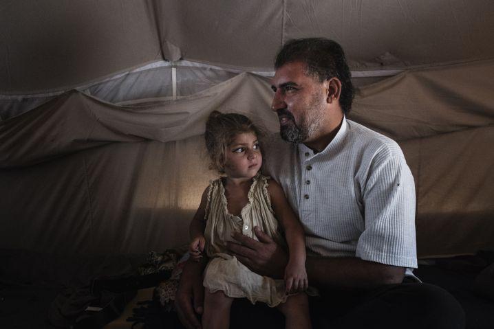 """""""Meine Kinder müssen zur Schule gehen"""": Al-Ibrahim in der Nacht mit seiner kleinen Tochter"""