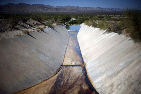 Fast komplett ausgetrockneter Kanal in Kalifornien. Einige Gemeinden müssen ihren Wasserverbrauch um 36 Prozent senken