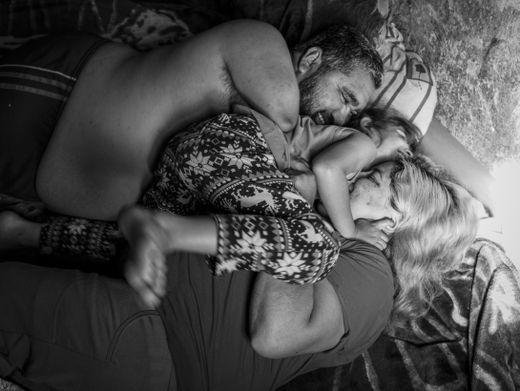 Fotos über ein Mädchen und ihre behinderten Eltern: Warum hat Papa keine Arme und Beine?