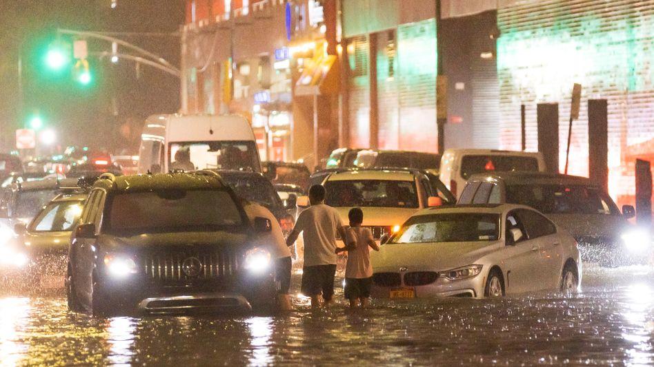 Überflutete Straßen in New York: Im Nachbarstaat New Jersey wurde laut CNN ein Mann in seinem Auto mitgerissen und starb