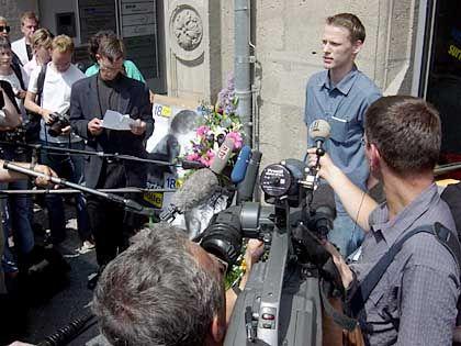 Rechtes Treffen: Redner im Vordergrund Steve Schwittek von der Freiheitlichen Jugend, im Hintergrund links Mahnwache-Mitinitiator Roland Gläser aus dem konservativen Flügel der FDP-Tempelhof