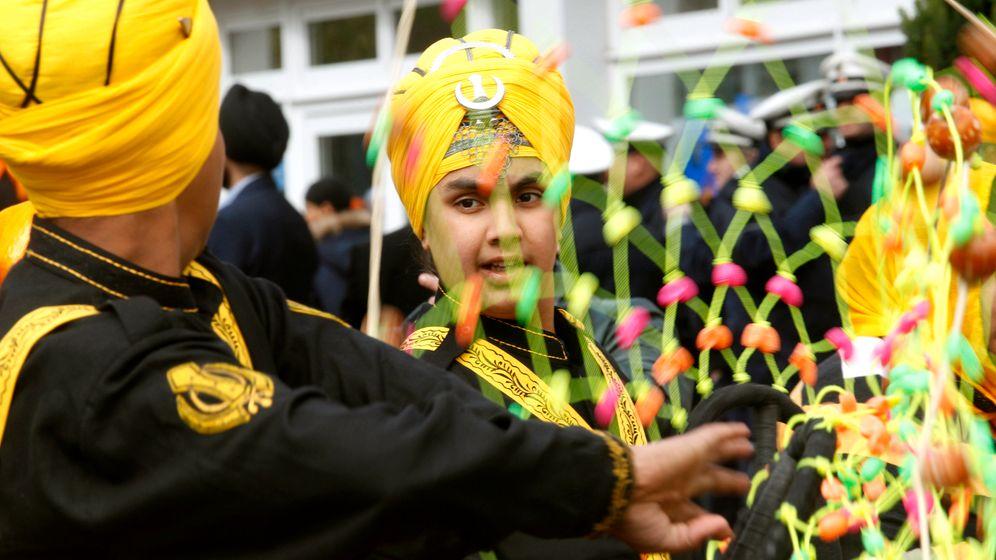Sikh-Prozession in Essen: Trommeln, Kampfkunst und Heilige Schrift