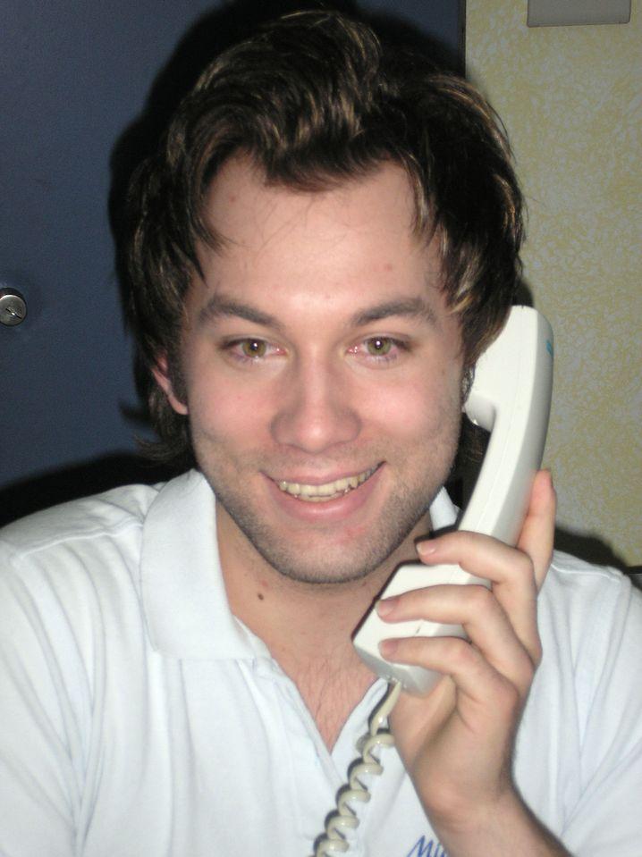 Michael Hiebl, 28, sitzt bei seinem Hausarzt im Vorzimmer