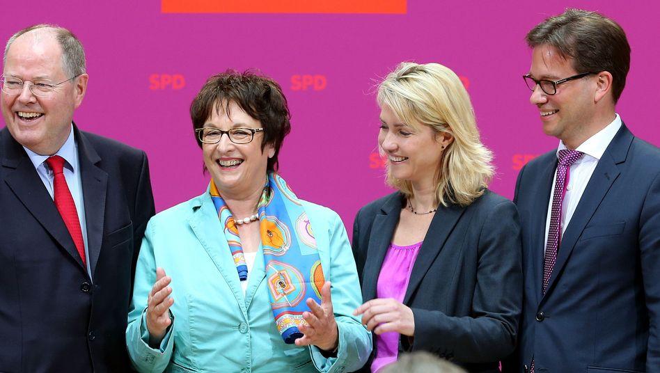 Steinbrück mit Zypries (2.v.l.), Schwesig, Pronold: Drei neue Mitglieder im SPD-Kompetenzteam