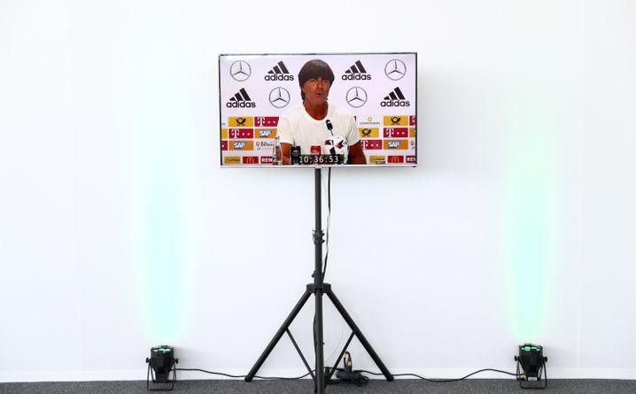 Bundestrainer Löw im DFB-Medienzentrum in Évian