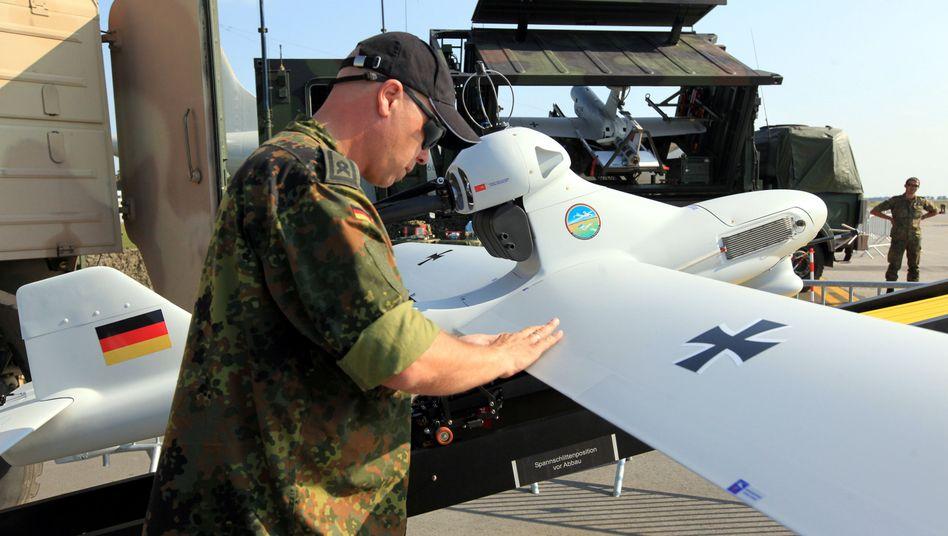 "Bundeswehr-Soldat mit Drohne ""Luna"": 2,36 Meter lang, 40 Kilo schwer"