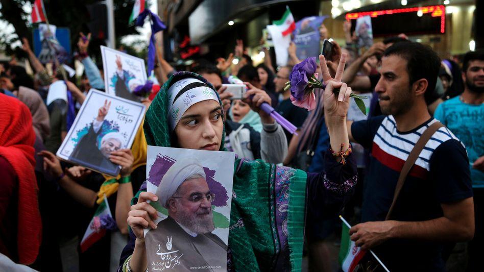 Anhänger des iranischen Präsidenten Hassan Ruhani demonstrieren in Teheran