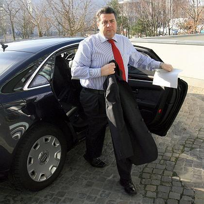"""Bundesumweltminister Sigmar Gabriel steigt aus seinem Dienstwagen aus: """"Verniedlichung der Klimaproblematik"""""""