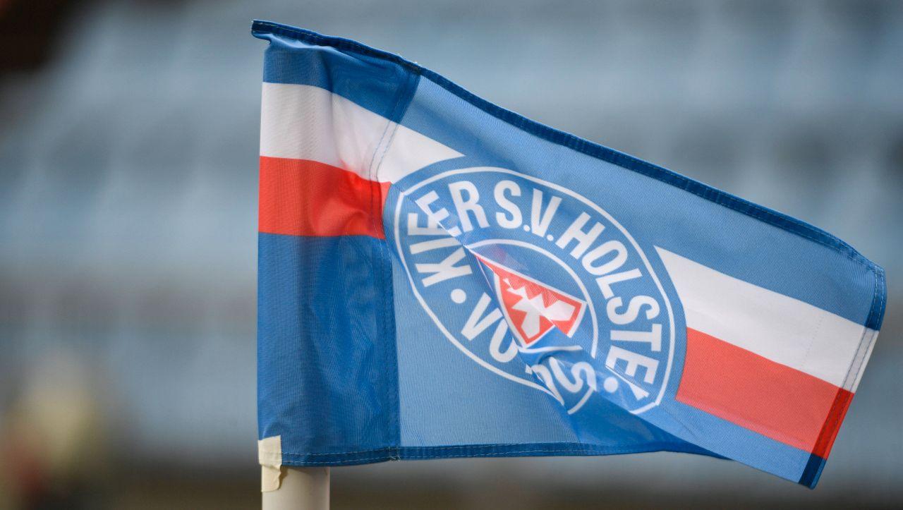 Nach Pokalsieg gegen FC Bayern: Am Rathaus Kiel weht die Holstein-Flagge - DER SPIEGEL - Sport