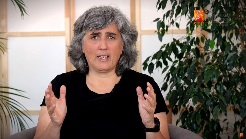 Dami Charf in einem Erklärvideo auf YouTube: Was bringen Online-Therapien?