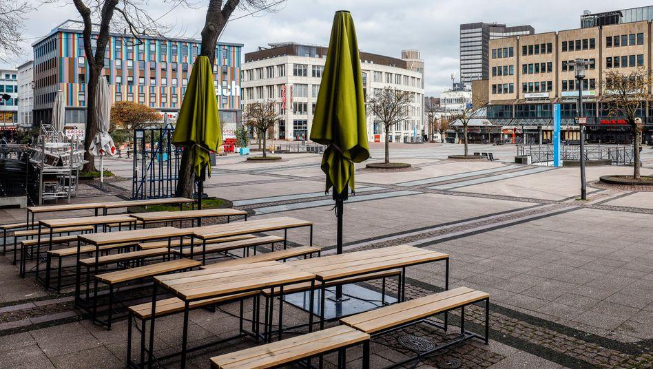 Menschenleerer Kennedyplatz in Essen