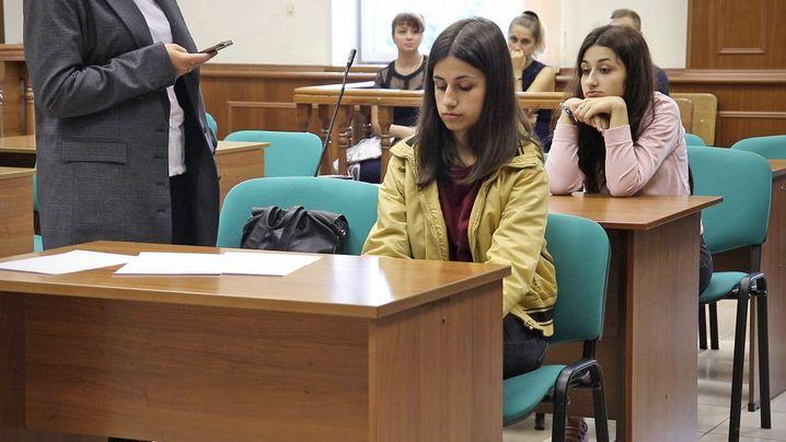 Angelina (vorn) und Krestina Chatschaturjan (hinten) im Gericht: Ihnen drohen bei Anklage wegen Mords bis zu 20 Jahre Haft
