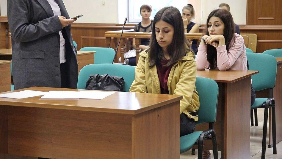 Angelina (vorn) und Krestina Chatschaturjan (hinten) drohen lange Haftstrafen