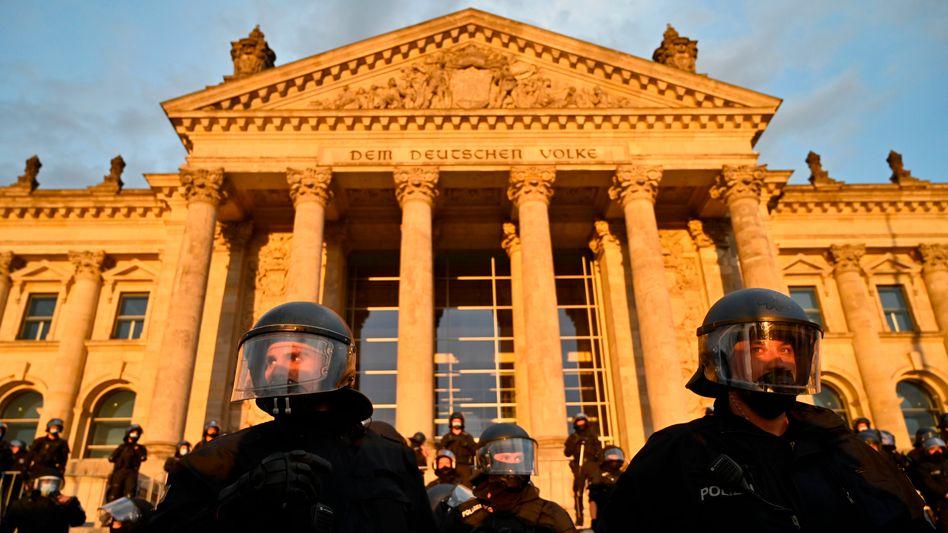 Polizisten während der Demonstration am Samstag vor dem Reichstag