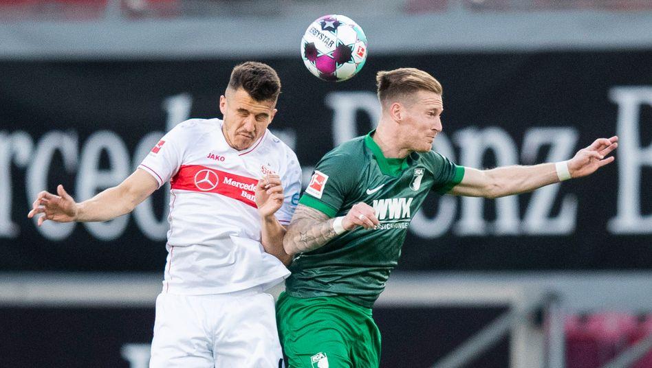 Stuttgarts Marc-Oliver Kempf im Kopfballduell mit Augsburgs André Hahn