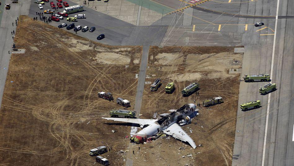 Einsatzkräfte am Unglücksort: Wurde eines der Opfer von einem Rettungswagen überfahren?